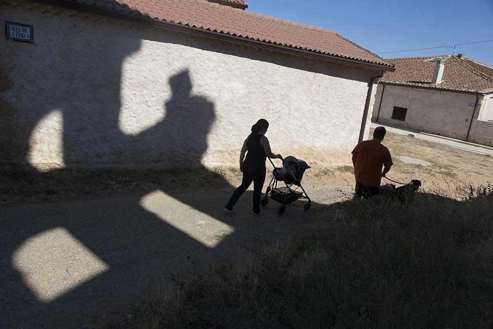 19-08-2015 Rafa y Ana, con su hija de dos meses, son los únicos habitantes de Castiltierra, en Segovia. foto: santi burgos