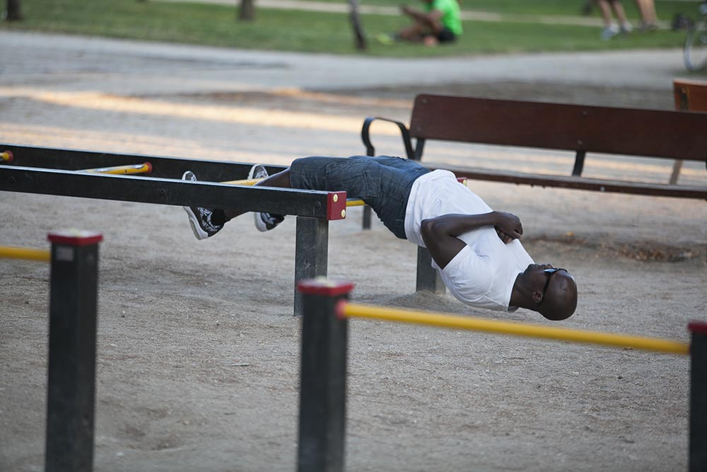 Jóvenes haciendo ejercicios de gimnasia en el Parque del Retiro. foto: santi burgos