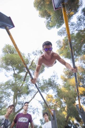 Dvd 805 31-08-16 Jóvenes haciendo ejercicios de gimnasia en el Parque del Retiro. foto: santi burgos